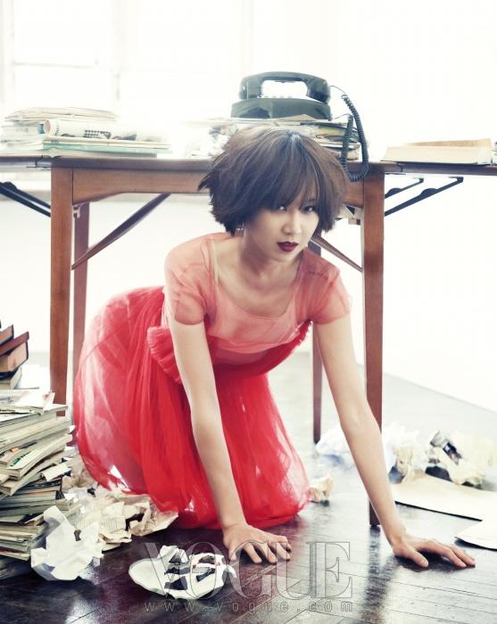 공효진이 입은 여성스러운 플리츠 시스루 레드 드레스는 디올(Dior).
