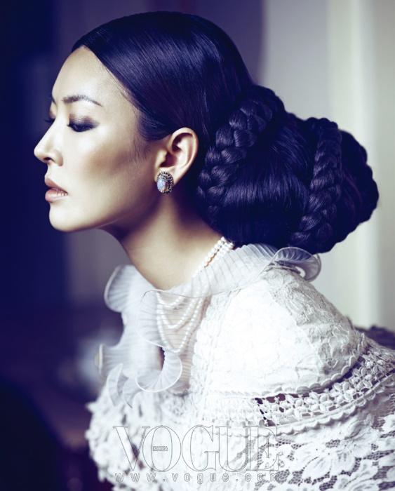 벨 실루엣의 네크라인이 독특한 레이스 드레스는 벨앤누보(Bell&Nouveau), 귀고리는 제이미앤벨(Jamie&Bell), 진주 목걸이는 도비마(Dovima).
