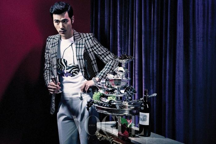 패턴 재킷과 행커치프로 연출한 스카프는 모두 구찌(Gucci), 프린트 티셔츠는 폴 스미스(Paul Smith), 팬츠는 엠비오(Mvio), 블랙 에나멜 슈즈는 디올 옴므(Dior Homme), 금속 뱅글은 크롬하츠(Chromehearts).