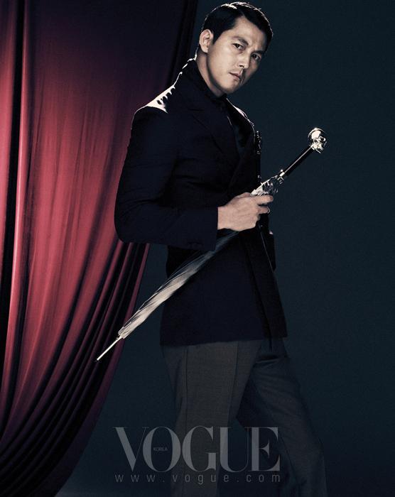 그레이 컬러 베스트, 바이올렛 컬러 더블버튼 재킷, 머스터드 컬러 팬츠, 행커치프와 만년필은 모두 프라다(Prada), 페이즐리 문양의 스카프는 구찌(Gucci).