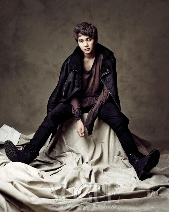 바이커 스타일의 블랙 무톤 재킷,블랙 라이딩 팬츠는 구찌.