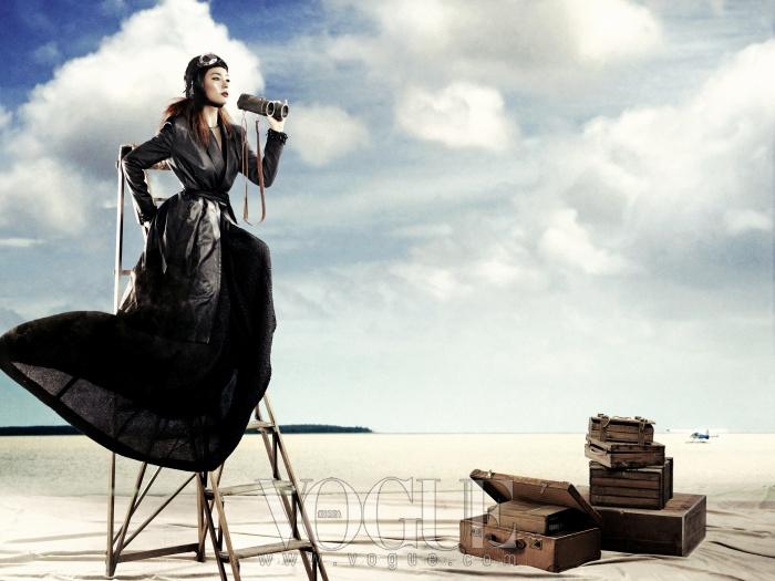 블랙 드레스는 디올(Dior),가죽 트렌치코트는 노케 제이(Nohke J).