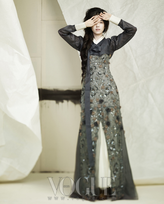 먹색 항라 저고리와 드레스 안에 받쳐 입은무지기 치마는 담연 이혜순 한복,비즈 장식과 플라워 장식 시스루 드레스는오브제(Obz ), 겨자색 펌프스는 프라다(Prada).
