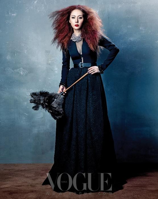 블랙 롱 드레스와 네크리스는 모두 디올(Dior).