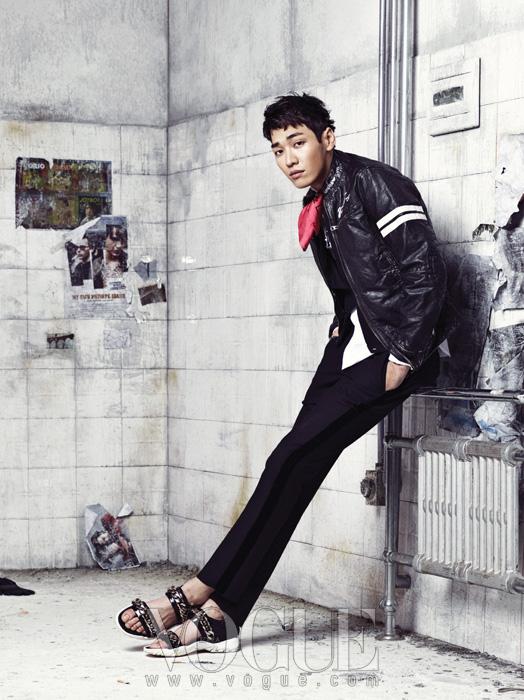 라이더 재킷은 아르마니 진(Armani Jeans),화이트 셔츠와 팬츠는 엠포리오 아르마니(EmporioArmani), 샌들은 지방시(Givenchy), 스카프는벨앤누보(Bell&Nouveau).
