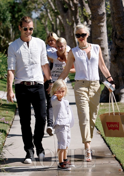 2012년 6월 로스엔젤레스에서 쇼핑에 나선 그웬 스텐파니. 남편 케빈 로스데일,아들 킹스톤, 주마(앞)와 함께.