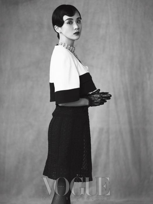 볼레로 재킷과 슈즈는 샤넬(Chanel),블랙 레이스 원피스는 모스키노(Moschino),실버 네크리스는 벨앤누보(Bell&Nouveau).