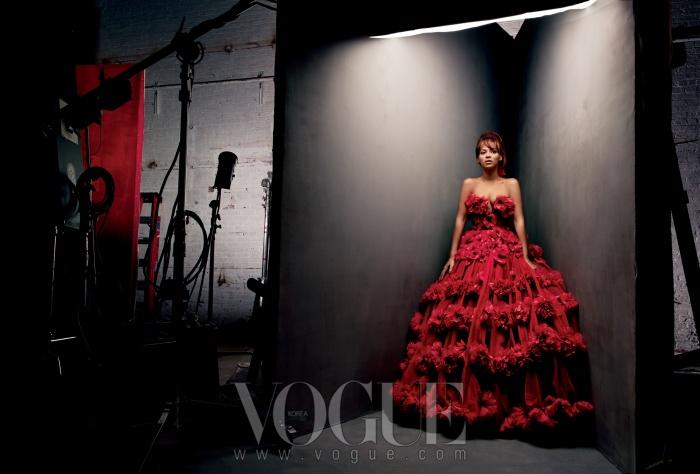 꽃 장식이 돋보이는 빨간 드레스는알렉산더 맥퀸(Alexander McQueen).