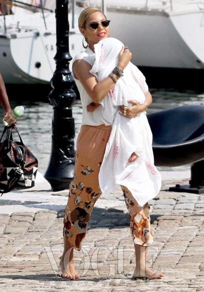 bringing up baby비욘세가 그녀의 하나뿐인 딸, 블루 아이비와 함께 산책 중이다.