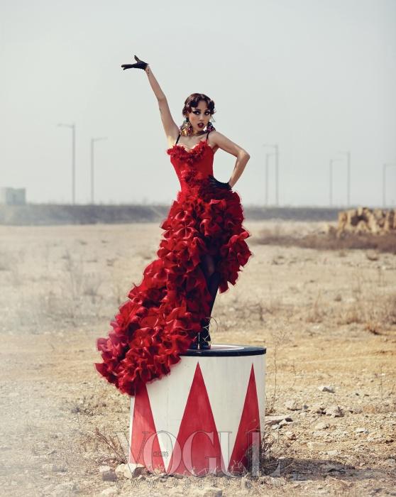 캉캉 드레스처럼 온통 러플로 장식된 새빨간드레스는 제이슨 꾸뛰르(Jaison Couture), 검정레이스 브래지어는 월포드(Wolford), 에스닉한골드 귀고리는 돌체앤가바나(Dolce&Gabbana),골드 초커는 지방시(Givenchy by RiccardoTisci), 골드 레이스업 슈즈는 페르쉐(Perche).