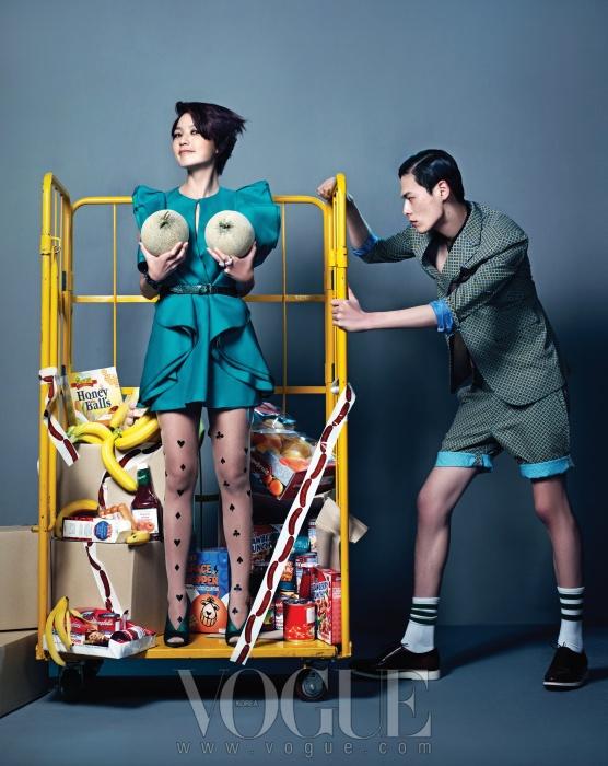 안영미가 입은 미니 드레스는 구찌(Gucci),벨트와 웨지힐은 버버리 프로섬(BurberryProrsum). 모델의 수트는 클럽모나코(Club Monaco), 레이스업 슈즈는조르지오 아르마니(Giorgio Armani).