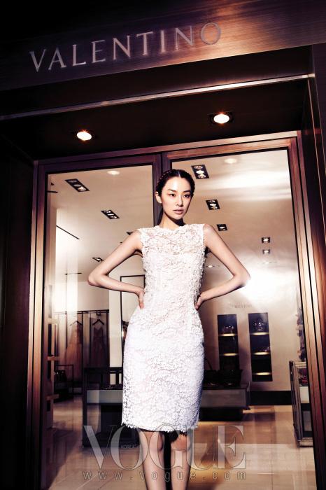 청담 사거리에 위치한 발렌티노 플래그십스토어 앞에서 포즈를 취한 모델 곽지영.수백 개의 꽃 모양을 섬세하게이어 붙인 드레스는 데미 꾸뛰르의 표본이다.