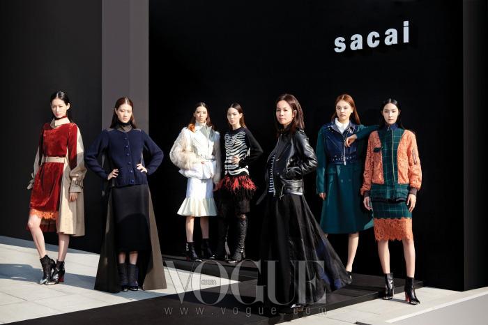 쇼가 시작되기 전, 사카이의 2013 가을 컬렉션 의상으로 차려입은 모델들과 디자이너가한자리에 모였다. 오른쪽에서 세 번째가 사카이의 아베 치토세.