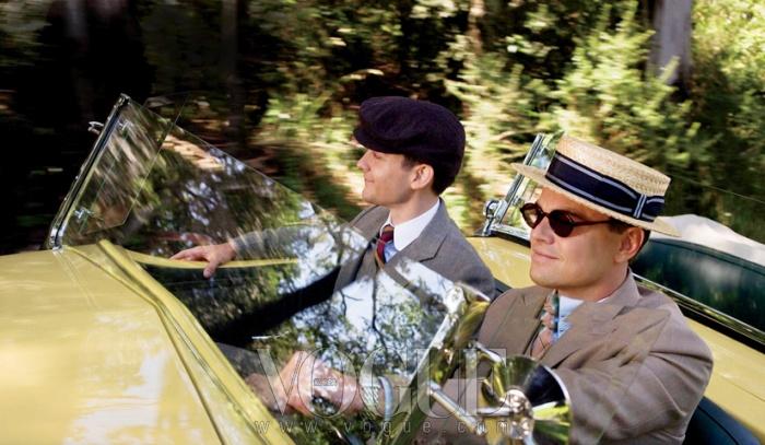 레오나르도 디카프리오가 연기한제디 개츠비와 토비 맥과이어가 분한닉 캐러웨이가 함께 개츠비의노란 자동차를 타고 가는 영화 속 한 장면.