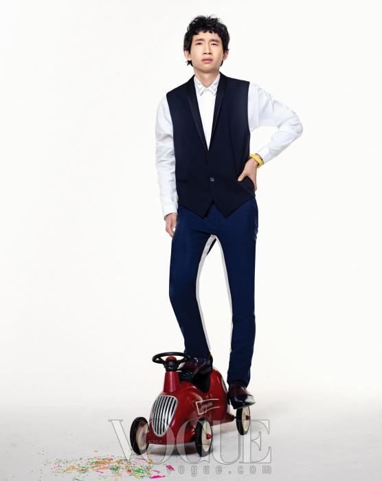 화이트 셔츠와 라펠 장식의 남색 조끼는디올(Dior), 흰색 라인이 들어간 남색팬츠와 로퍼는 모두 프라다(Prada).팔찌는 나탈리아 브릴리(Natalia Brilli atbbanzzac).