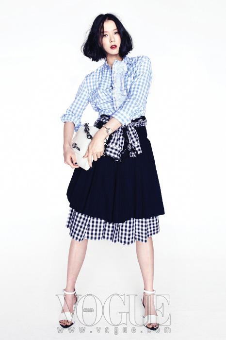 하늘색 깅엄체크 셔츠 드레스와스커트로 연출한 깅엄체크검정 드레스는 프라다(Prada),블랙 팬츠는 샤넬(Chanel),보석 장식 가방과 뱅글은미우미우(Miu Miu), 흰색 오픈토슈즈는 마르니(Marni).