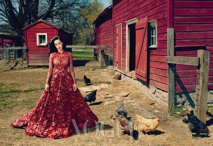레드 훅의 농장 배경과잘 어울리는 꽃무늬 크로셰 드레스는발렌티노 오뜨꾸뛰르(ValentinoHaute Couture).