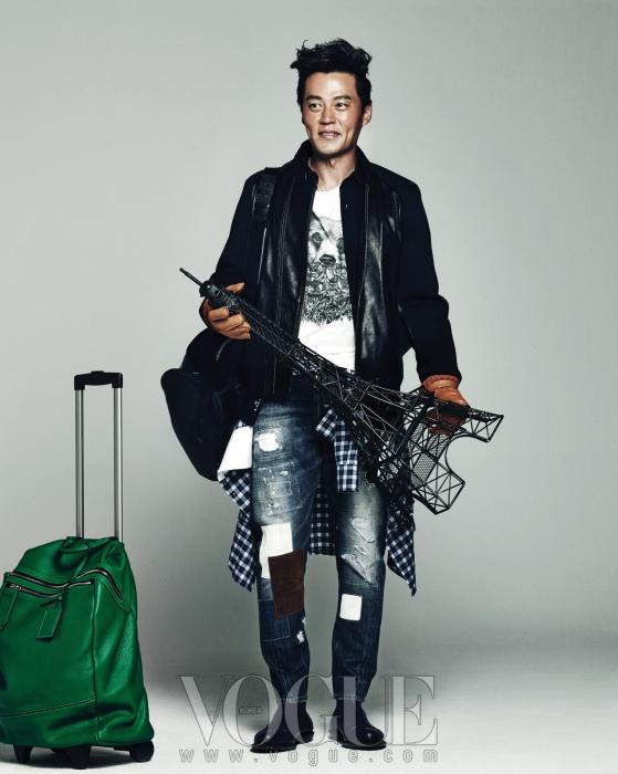 흰색 티셔츠는 아미(Ami), 검정 블루종 재킷과 가죽 장갑은 알레그리(Allegri), 허리에 묶은 체크무늬 셔츠와 패치워크 청바지는 디스퀘어드(Dsquared2), 어깨에 멘 백팩은 랑방(Lanvin), 초록색 캐리어는 루즈앤라운지(Rouge&Lounge).