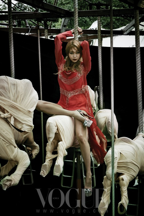 빨간색 시스루 드레스는 H&M, 플랫폼 슈즈는 크리스챤 루부탱(Christian Louboutin).