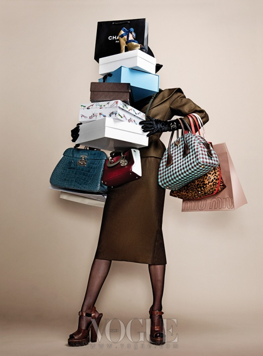 가죽 터틀넥 톱, 카키색 재킷과 스커트, 가죽 장갑, 크로커다일 토트백은 모두 구찌 (Gucci), 깅엄체크 토트백과 플랫폼 슈즈는 프라다(Prada), 뱅글은 샤넬(Chanel), 레오파드 프린트 토트백은 CH 캐롤리나 헤레라(CH Carolina Herrera), 골드 펌프스는 미우미우(Miu Miu), 컬러 블록 미니 백은 디올(Dior).