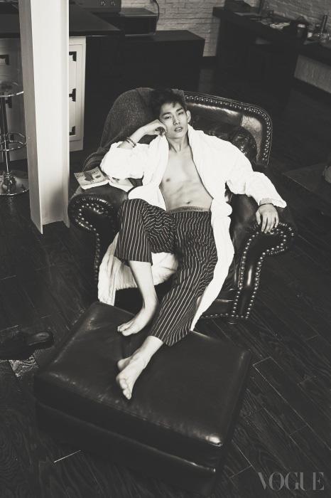 테리 소재 목욕 가운은 에르메스(Hermès), 핀스트라이프 파자마 팬츠는 엠포리오 아르마니 언더웨어(Emporio Armani Underwear), 팔찌들은 토스(Tous) .