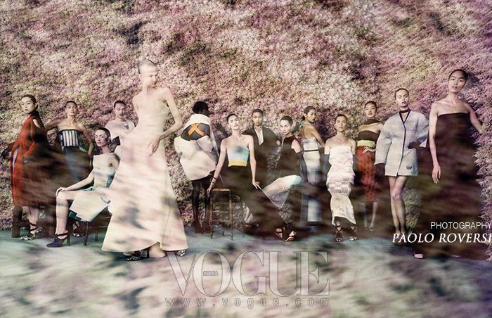 재패니즘의 영향을 받은 아시아 테마. 오리가미 드레스, 여러 조각의 옷감들을 이어 붙인 튜브 드레스, 기모노 모티브와 시보리 염색이 눈에 띈다.