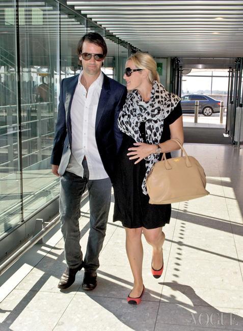 지난 9월, 토론토 필름 페스티벌에 참석하기 위해 남편 네드 로큰롤과 함께 히드로 공항을 떠나는, 임신 중인 케이트 윈슬렛.