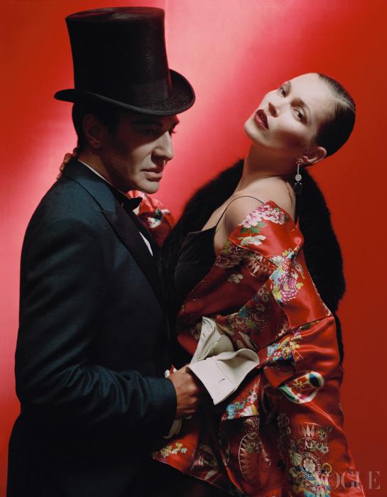 검정 실크 슬립 드레스와 기모노 재킷은 빈티지 존 갈리아노(John Galliano). 갈리아노의 수트와 셔츠, 타이는 모두 발렌티노(Valentino).