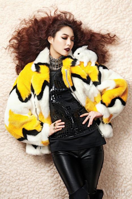 지그재그 패턴의 인조모피 재킷은 푸쉬버튼(Pushbutton), 네오프렌 톱은 커밍스텝(Coming Step), 인조가죽 팬츠는 맥큐(McQ), 체인 장식 목걸이는 샤넬(Chanel), 양손에 한 실버 반지는 모두 엠주(Mzuu).