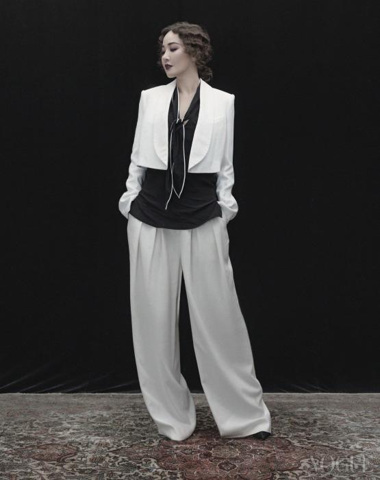 숄 칼라 화이트 크롭트 재킷은 클로에(Cholé), 얇은 스카프 칼라 블랙 실크 블라우스는 산드로(Sandro), 화이트 와이드 팬츠는 준지(Juun.J), 블랙 스트랩 펌프스는 디올(Dior).