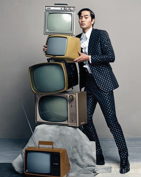 도트 패턴 수트와 러플 셔츠는 김서룡 옴므(Kimseoryong Homme), 레이스업 슈즈는 생로랑.