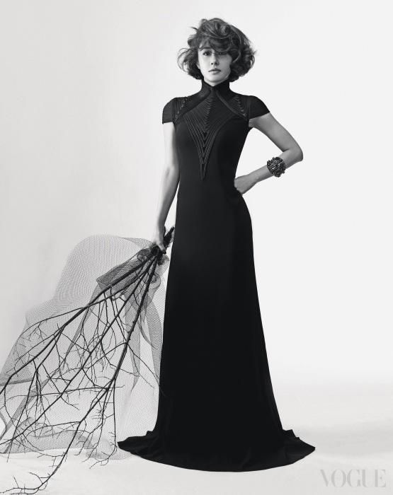 블랙 롱 드레스는 폴로 랄프 로렌(Polo Ralph Lauren), 뱀부 뱅글은 구찌(Gucci).