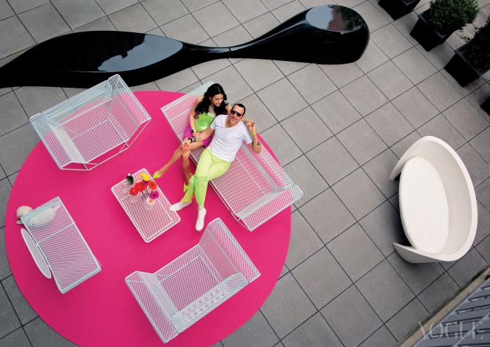 정원에 앉아 있는 카림 라시드와 아내 이바나. 정원을 장식한 가구들은 모두 카림 라시드가 디자인했다. 오른쪽의 소파는 Slide Design, 나머지는 모두 Talenti 제품.
