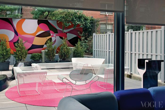 거실에서 바라본 정원의 모습. 컬러풀한 벽화 역시 라시드의 솜씨다.