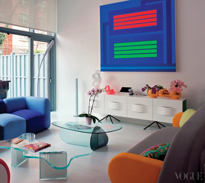 거실은 화사한 컬러로 이루어져 있다. 물결 형태를 이루는 Splash 테이블과 중앙의 Kat 테이블은 Tonelli, 오렌지색 팔걸이의 Float 소파는 Sancal 제품.
