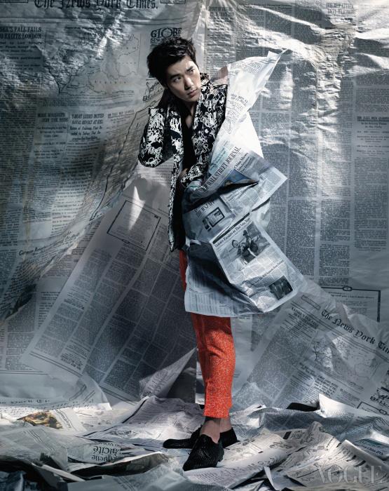 이너로 입은 슬리브리스 티셔츠는 김서룡 옴므(Kimseoryong Homme), 네온 컬러 팬츠와추상적인 패턴 재킷은 질 샌더(Jil Sander), 위빙 슈즈는 보테가 베네타(Bottega Veneta).