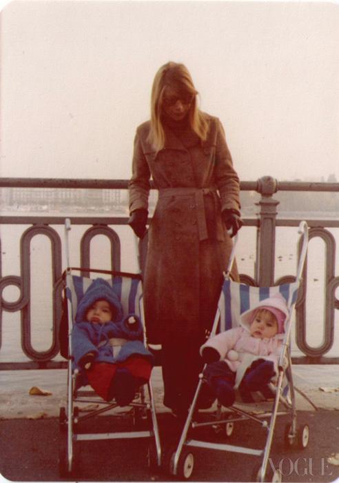 쌍둥이 동생 사라, 어머니와 함께.