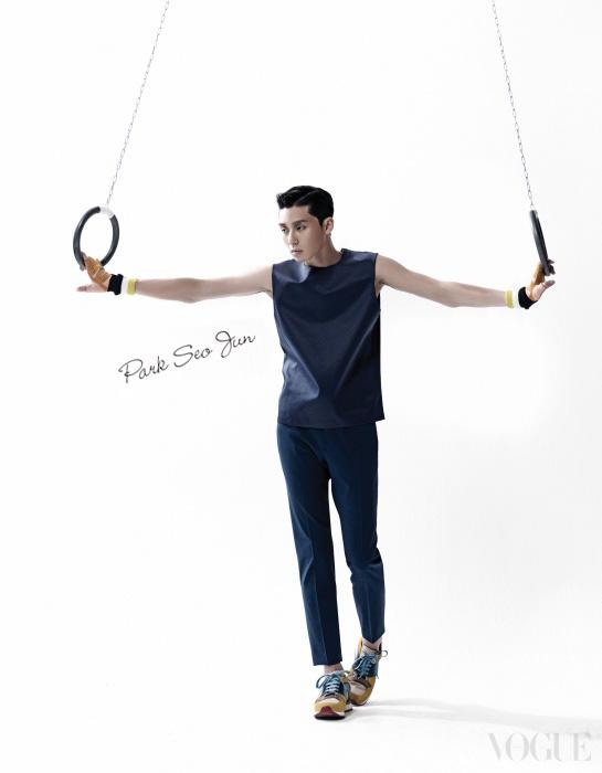 네이비 톱과 팬츠, 옐로 스니커즈는 모두 디올 옴므(Dior Homme).