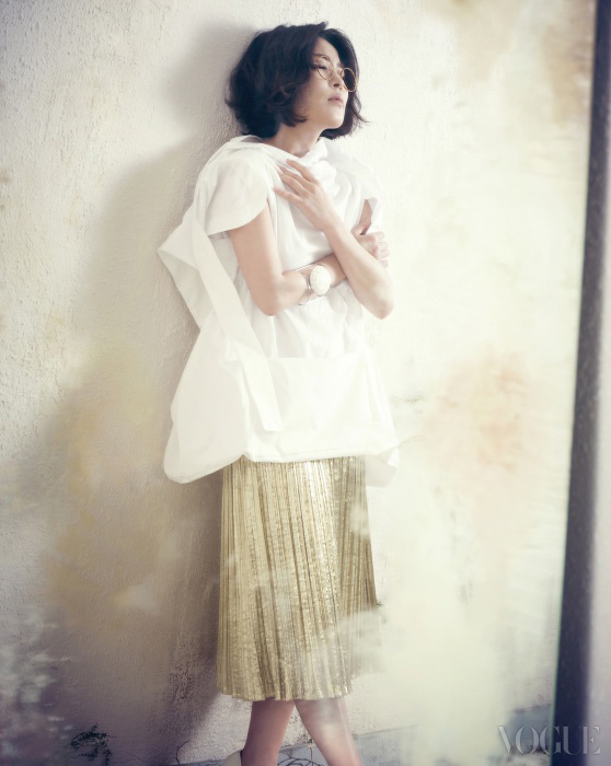 아방가르드한 셰이프의 셔츠는 꼼데가르쏭(Comme des Garçons), 메탈릭 플리츠 스커트는 드리스 반 노튼(Dries Van Noten), 조형적인 디자인의 뱅글은 자라(Zara), 안경은 새빌로우(Savile Row at JUUC).
