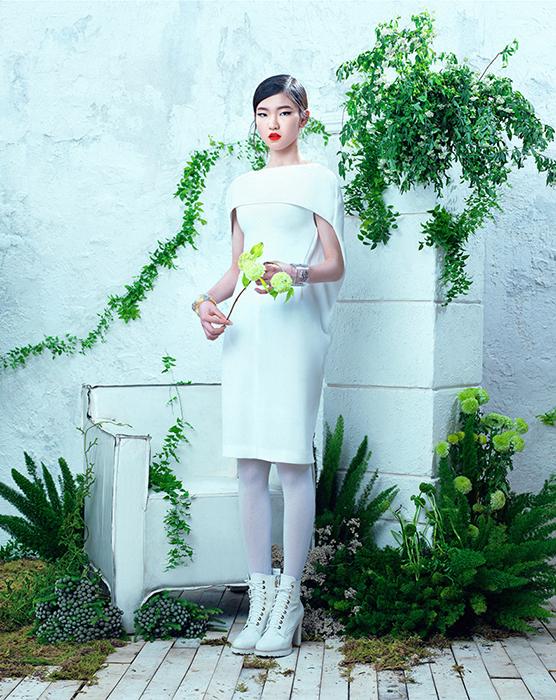 심석희의 케이프 디테일 실크 원피스는 발렌시아가(Balenciaga), 레이스업 워커 부츠는 슈콤마보니(Suecomma Bonnie), 오른손 뱅글은 미네타니(Minetani), 왼손 뱅글은 샤넬(Chanel).