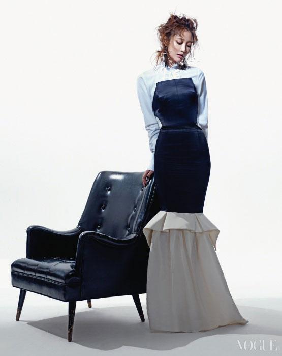 구조적인 형태의 머메이드 드레스는 퍼블리카 아틀리에(Publicka Atelier), 깃털 귀고리는 아벨(A.Bell). 빈티지한 암체어는 까레(Kare).