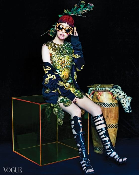 박봄이 입은 커다란 금화를 주렁주렁 엮은 갑옷 느낌의 미니 드레스는 돌체앤가바나(Dolce&Gabbana), 금색 자수 장식 집업 점퍼는 아디다스(Adidas by Jeremy Scott), 선글라스는 제레미 스콧(Jeremy Scott by Handok), 글래디에이터 부츠는 쥬세페 자노티(Giuseppe Zanotti), 아프리카 전통 악기 콩가와 케냐 얼룩말 마스크는 아프리칸 아트(African Art).
