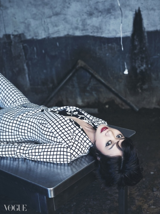 윈도페인 체크 팬츠 수트와 꽃무늬 스카프는 랄프 로렌(Ralph Lauren).