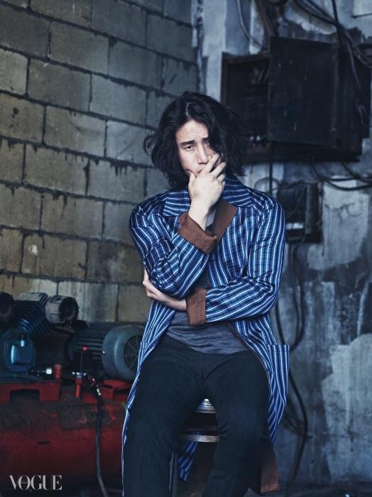 스트라이프 패턴 롱 재킷은 루이 비통(Louis Vuitton), 안에 입은 민소매 티셔츠는 에르메스(Hermès), 블랙 팬츠는 버버리 프로섬(Burberry Prorsum).