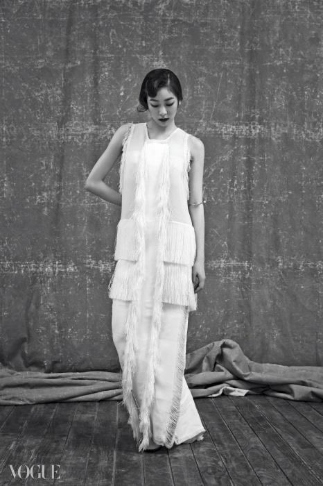 프린지로 길게 장식된 20년대풍 아이보리색 롱 드레스는 캘빈 클라인 컬렉션(Calvin KleinCollection), 티 스트랩 힐은 씨 바이 클로에(See by Chloé), 진주 귀고리와 팔에 감은 진주뱅글은 제이에스티나(J.Estina).