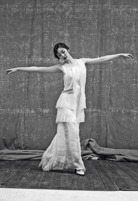프린지로 길게 장식된 20년대풍 아이보리색 롱 드레스는 캘빈 클라인 컬렉션(Calvin Klein Collection), 티 스트랩 힐은 씨 바이 클로에(See by Chloé), 진주 귀고리와 팔에 감은 진주뱅글은 제이에스티나(J.Estina).