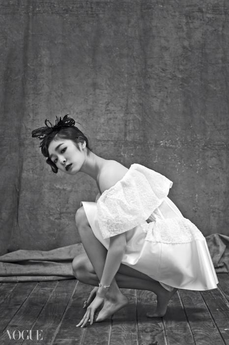 소매를 풍성하게 부풀린 오프 숄더 미니 드레스는 발렌시아가(Balenciaga), 진주 귀고리와 사각 스톤 팔찌와 너클링은 모두 제이에스티나(J.Estina).