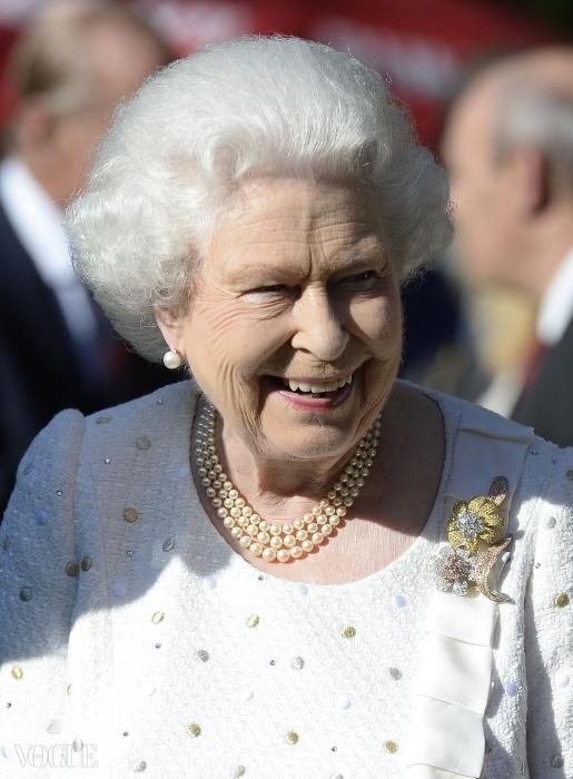 파리 공식 방문 중인 엘리자베스 여왕. 2차 세계대전 노르망디 상륙작전 70주년 기념행사에 앞서 하얀 안젤라 켈리(Angel Kelly) 의상을 입고 영국 대사관에서 열린 가든파티에 참석했다.