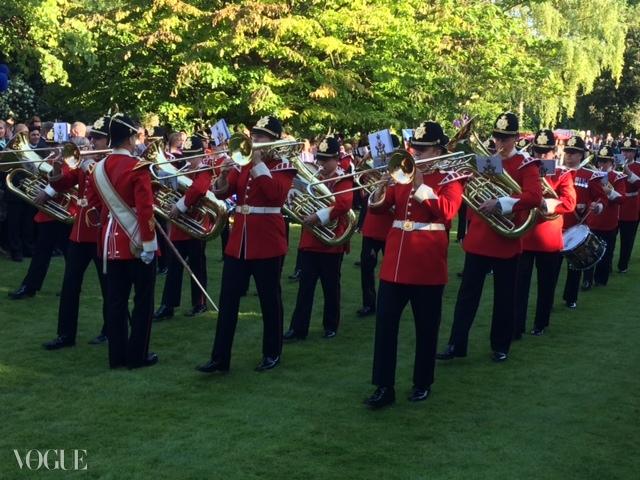 여왕의 밴드가 군대식으로 정확하게 행진하고 있다. ⓒ Suzy Menkes