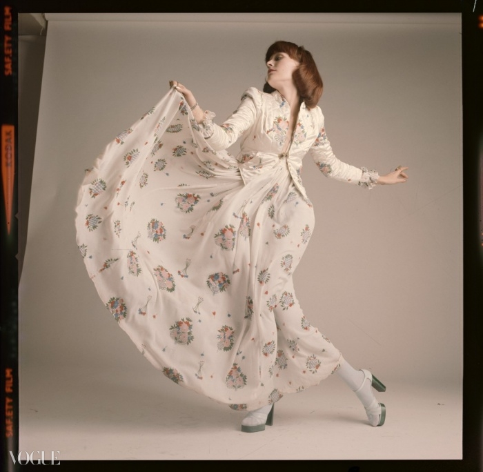 1973년  4월호를 위해 사진가 데이비도 몽고메리(David Montgomery)가 찍은 오시 클락 드레스. ⓒ David Montgomery